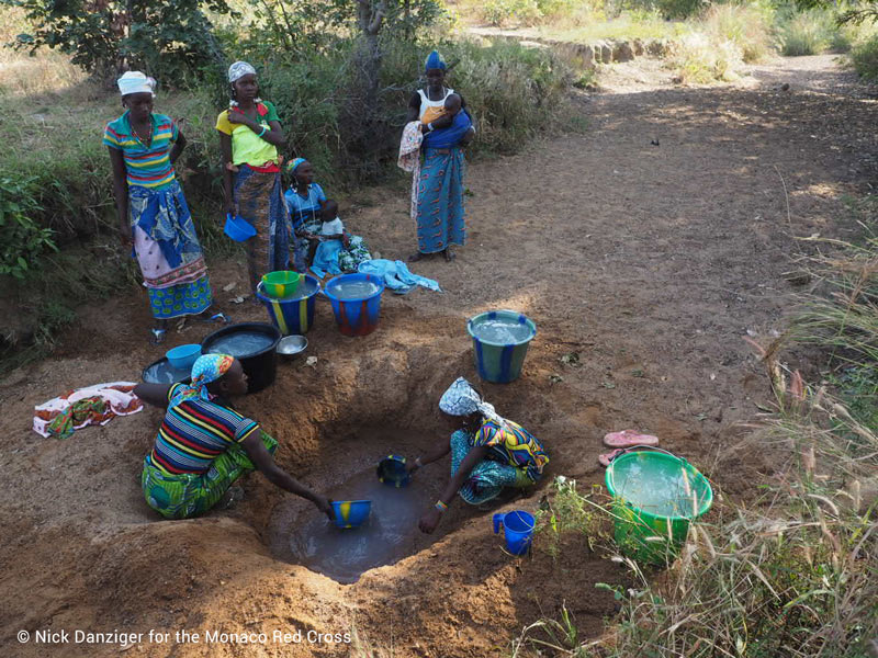 women-from-Youga-Fulani-collecting-water-from-a-hole-dug-in-the-ground-mrc-wff-4