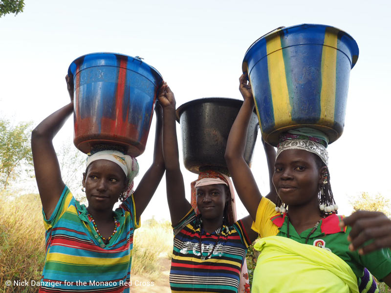 women-from-Youga-Fulani-village-carrying-water-mrc-wff-3