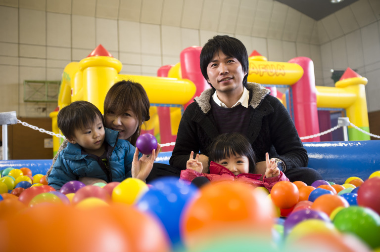 A family at a Red Cross Smile Park in Fukushima City. Patrick Wack (BRC) © IFRC